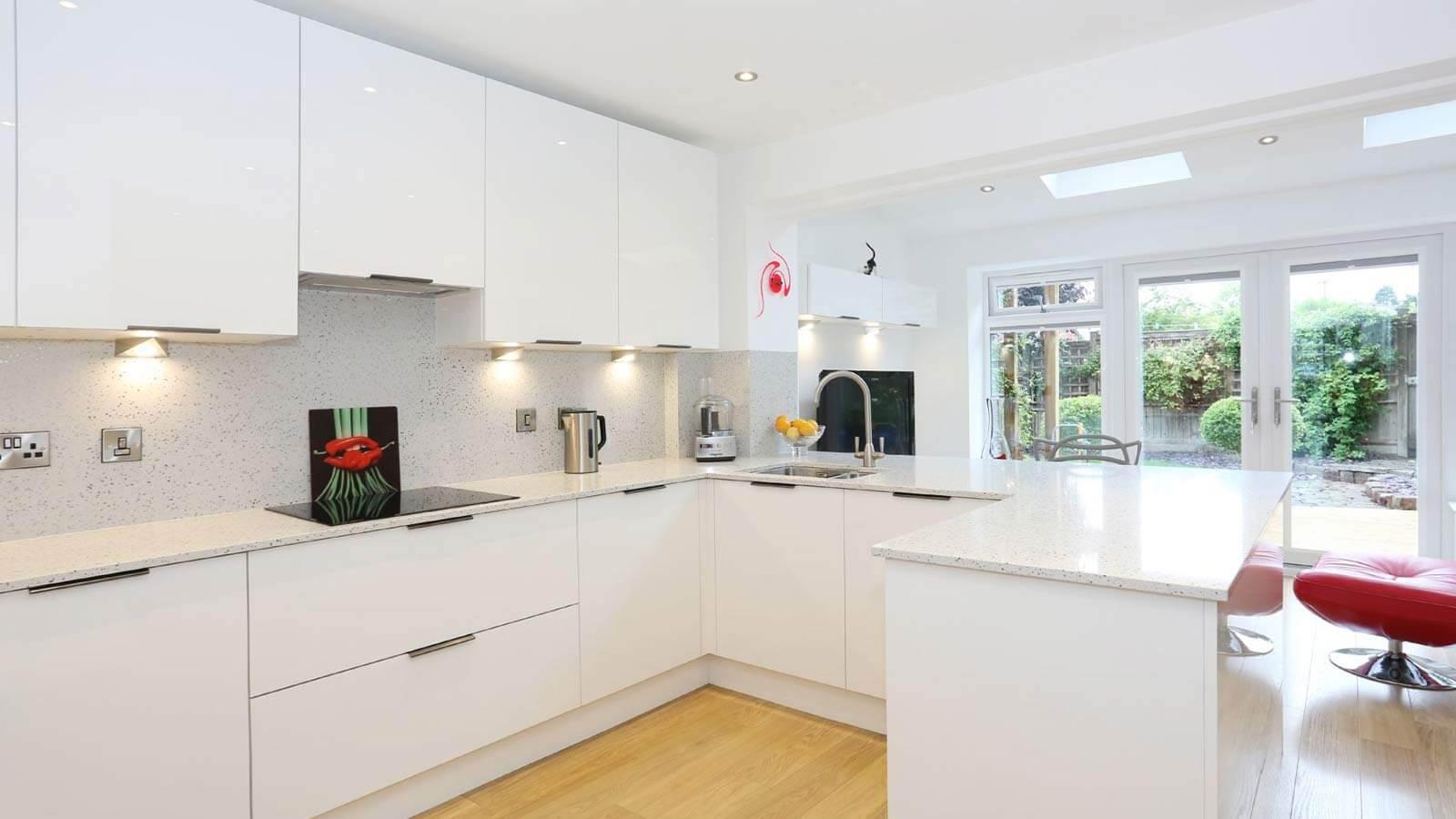 Белая кухня с ручками
