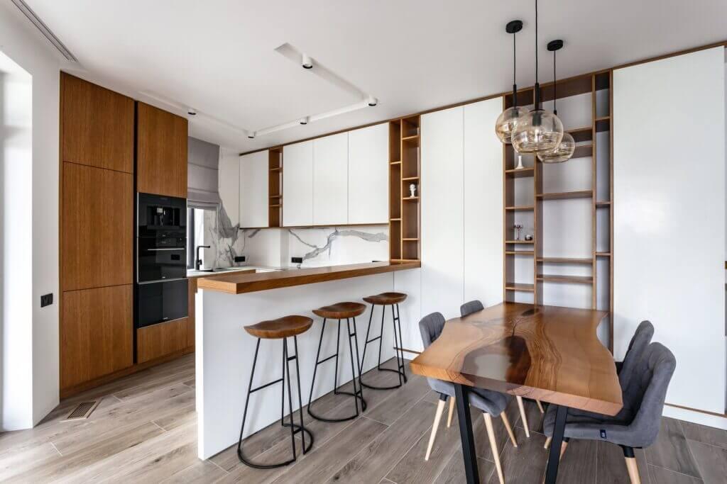 Кухонный стол с дерева